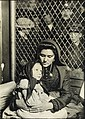 Mother and child, Ellis Island, 1907.jpg