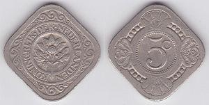 Zwei quadratische Münzen aus hellem Metall nebeneinander, auf einer Ecke stehend. Die linke Münze zeigt in der Mitte eine Blume, darum einen Kreis mit der Inschrift KONINGRIJK DER NEDERLANDE und Ornamente. Auf der rechten Münze steht 5c, und am Rand sind Ornamente