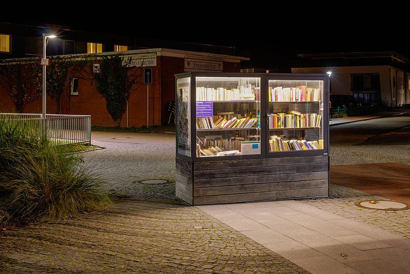 File:Norderney, Bücherschrank am Onnen-Visser-Platz -- 2016 -- 5436-42.jpg