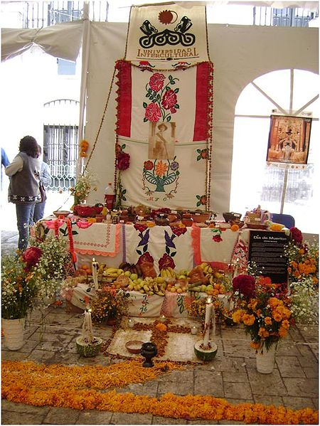 Traditional Dia de los Muertos Offering Altar in Mexico. © Chuchomotas, Wikimedia Commons