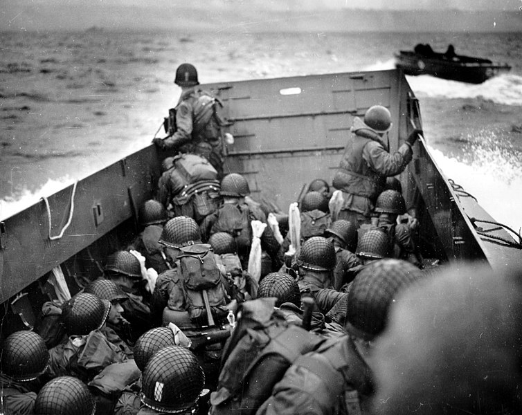 Fájl:Omaha Beach Landing Craft Approaches.jpg