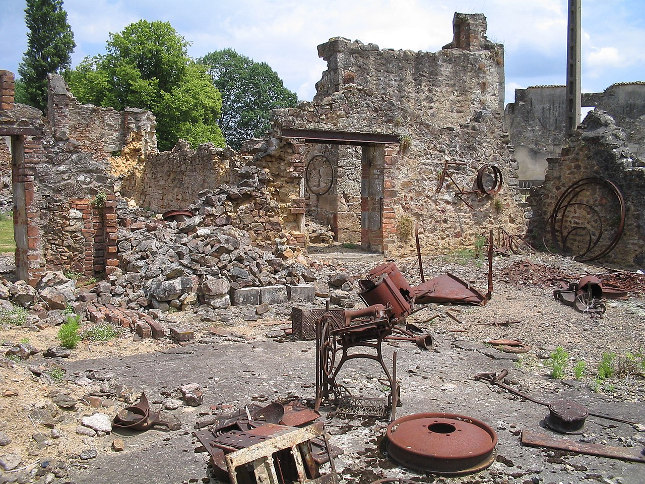 https://upload.wikimedia.org/wikipedia/commons/thumb/0/0b/Oradour-sur-Glane-Hardware-1342.jpg/1280px-Oradour-sur-Glane-Hardware-1342.jpg