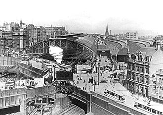 Birmingham New Street railway station - Early 20th century photo taken from the west, showing the LNWR station (left) and the Midland station (right) with the Queens Drive between them.