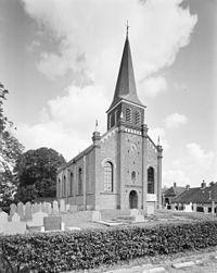 Overzicht noordwestgevel met houten geveltoren en kerkhof - Wolsum - 20345784 - RCE.jpg
