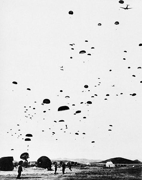 Fallschirmspringer trainieren für Landing in der Normandie