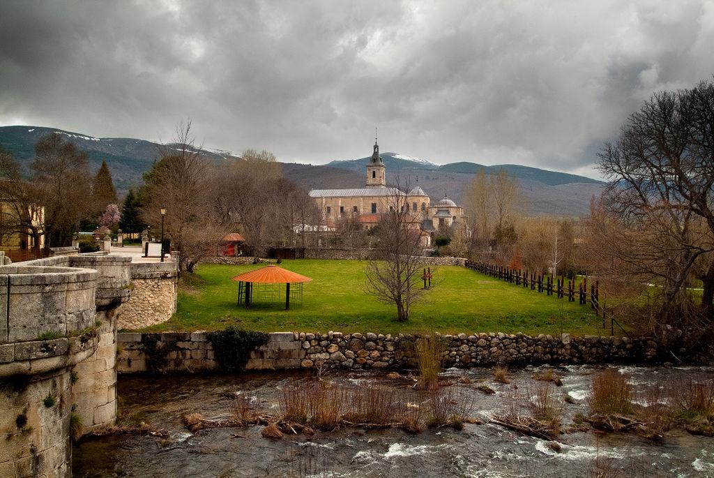 Monasterio del Paular desde el puente sobre el río Lozoya