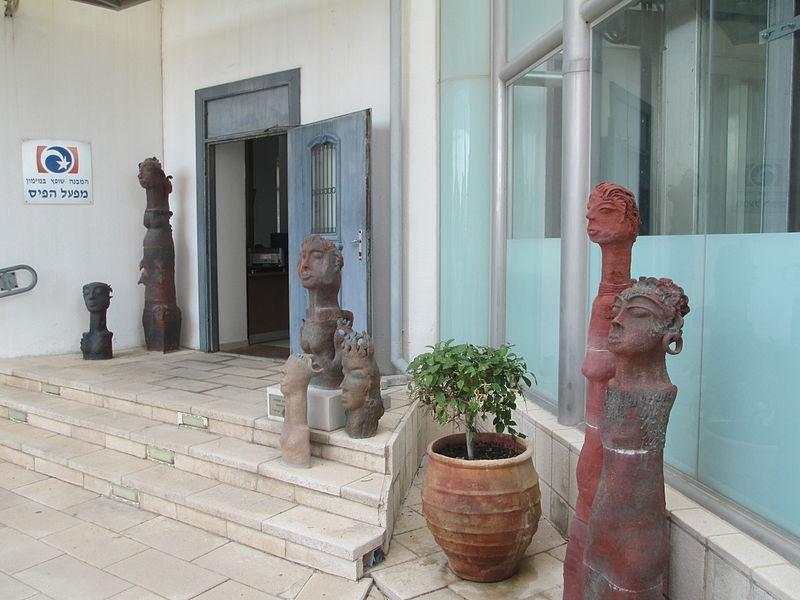 פסלי נשים כנעניות במגדל המים ההיסטורי בנהריה