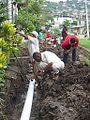 Pobladores colocan tuberías de aguas servidas.jpg