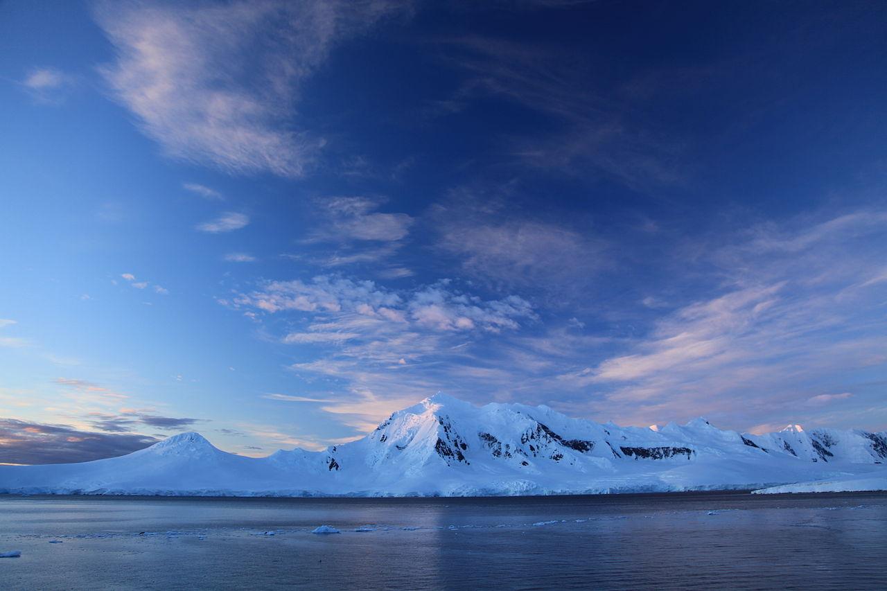 Summer_File:PortLockroy,Antarcticaonasummerevening.jpg-WikimediaCommons