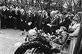 Prinses Juliana en prins Bernhard zijn in Den Haag aanwezig bij de onthulling va, Bestanddeelnr 930-8121.jpg