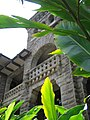 Punahou Pauahi Hall through leaves.jpg