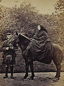 Victoria auf ihrem Pferd Fyvie, links John Brown (1863) (Quelle: Wikimedia)