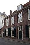 foto van Pand, deel uitmakend van rij aaneengeschakelde 19e-eeuwse huizen, in bocht van de singel gelegen onder een rechte daklijst. Harmonische raamverdeling met luiken