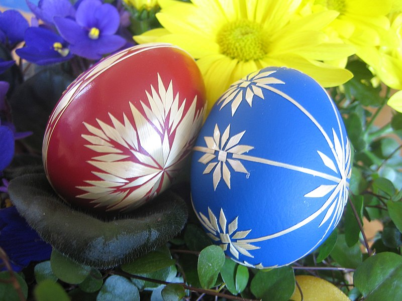 Bestand:Red and blue Easter eggs.jpg