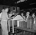 Reizigers met hun bagage en souvenirs bij de douane in een loods in de haven, Bestanddeelnr 255-2200.jpg