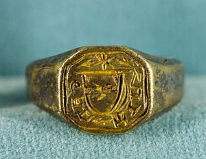 Bezel (jewellery) - Signet ring with engraved bezel