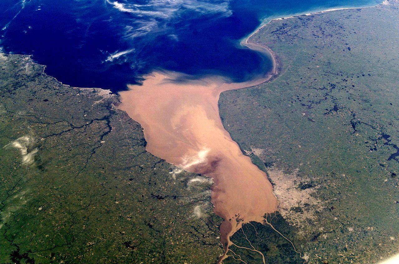 Río de la Plata, entre Argentina y Uruguay.