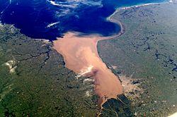 Imagem de satélite do rio da Prata, do lado esquerdo da foto é possível ver parte do território uruguaio, do lado oposto, o território argentino.