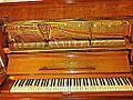 Ritter Klavier ohne obere Abdeckung mit Sicht auf die innere Mechanik.jpg