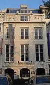 foto van Koopmanshuis, met gebosseerde, natuurstenen lijstgevel