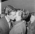 Rudi Carrell heeft de zilveren roos gewonnen. Rudi Carrell met echtgenote, Bestanddeelnr 916-3513.jpg