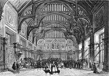 Escenario del siglo XIX que muestra un gran interior de estilo Tudor inglés