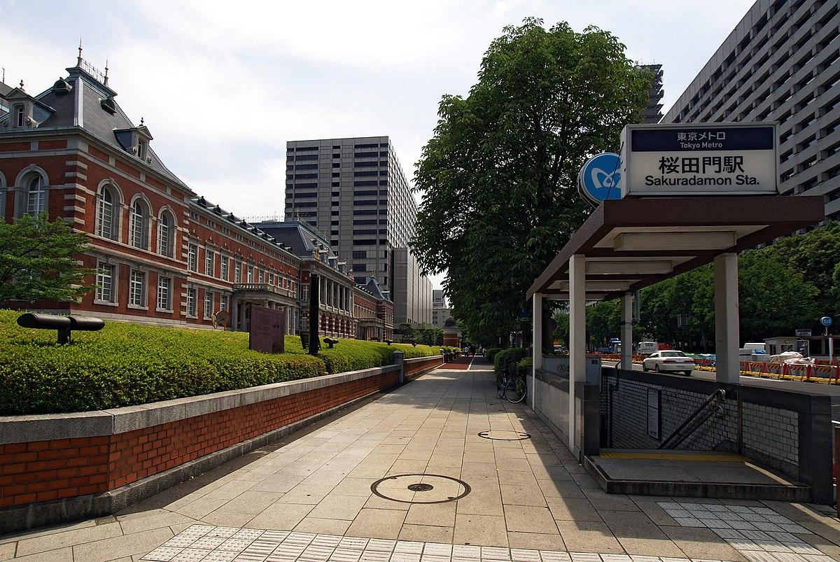 地上出入口(2007年6月)左は法務省旧本館、右は警視庁。