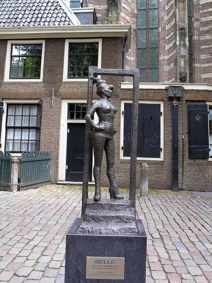 Sex worker statue Oudekerksplein Amsterdam