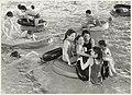 Spelende kinderen tijdens een zwemfeest in het Sportfondsenbad. NL-HlmNHA 54022988.JPG
