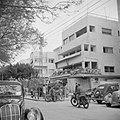 Stadsbeeld met het terras van Cafe Noga in Tel Aviv en straatverkeer met motofi…, Bestanddeelnr 255-1317.jpg