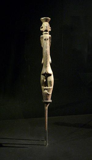 Chamba people - A féminine statue of the Chamba people.