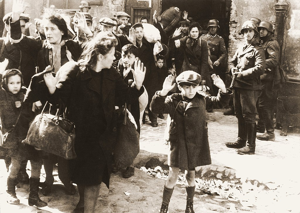 > Femmes et enfants capturés pendant l'insurrection du ghetto de Varsovie.