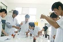 Vietnamesische Studenten der Naturwissenschaften arbeiten in ihrem Universitätslabor an einem Experiment.