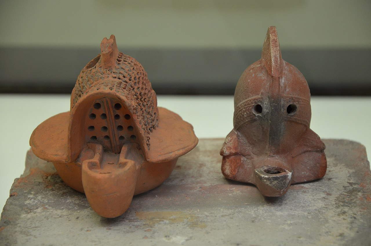 1280px-Terracotta_oil_lamps_in_the_form_of_a_Gladiator%27s_helmet%2C_Romisch-Germanisches_Museum%2C_Cologne_%288119439147%29.jpg