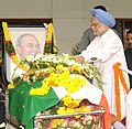 The Prime Minister, Dr. Manmohan Singh laying wreath at the mortal remains of the former Chief Minister of Andhra Pradesh, late Dr. Y.S. Rajasekhara Reddy, in Hyderabad, Andhra Pradesh on September 04, 2009.jpg