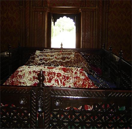 The tomb of Tipu Sultan at Srirangapatna. Tipu's tomb is adjacent to his mother's and father's graves. Tipu tomb.jpg