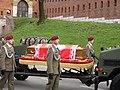 Trumna z cialem Lecha Kaczynskiego Wawel.jpg