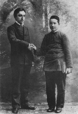 Молодой Тукай (справа) вместе с Камилем Мутыгием-Тухватуллиным (примерно 1905 год)