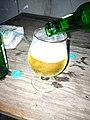 Une bière coulant dans un verre à boire.jpg