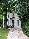 foto van Grote vrijstaande villa met koetshuis in neoclassicistische stijl