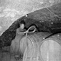 Vullen van een wijnvat in de kelder, Bestanddeelnr 254-4227.jpg