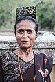 Wanita Sumba Timur memakai sisir terbuat dari cangkang penyu.jpg