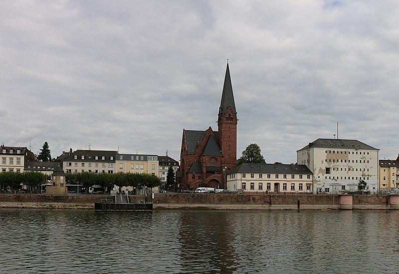 File:Wiessbaden-Biebrich - Pegel-Kirche-Zollspeicher (1 09.2015).jpg