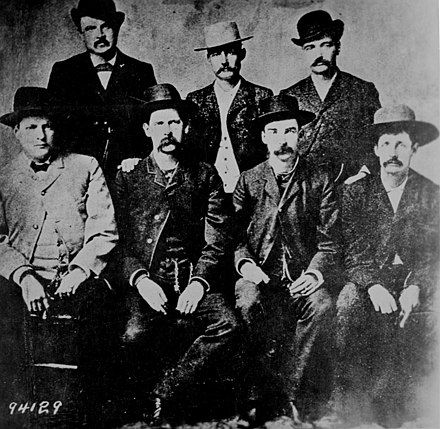 Wyatt Earp in ± 1883 (zittend, 2e van links)