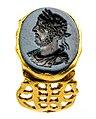 Zegelring in goud met intaglio met portret van Commodus in nicolo, 180 tot 200 NC, vindplaats- Tongeren, de Schaetzengaarde 22, 1998, losse vondst (mogelijk goudschat), collectie Gallo-Romeins Museum Tongeren, GRM 1892.jpg