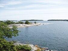 Ådskärs sydlige odde.   Vy mod sydøst med øerne Flatskäret, Hjortronkobb og Brunskæren i baggrunden.