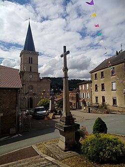 Écoche - Croix et église centre (août 2020).jpg