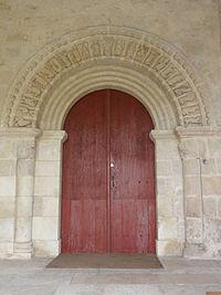Église Notre Dame et Saint-Junien de Lusignan, petit portail sculpté.JPG