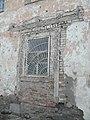 Одна из стен неотреставрированного здания.jpg
