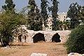 """ה""""חאן"""" העתיק על רקע בתי העיר החדשה.JPG"""